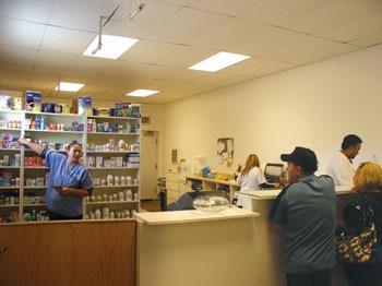 Medicinas a bajo precio en plena comunidad