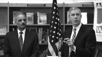 Los secretarios de Justicia y de Educación, Eric Holder –izquierda- y Arne Duncan, respectivamente, dieron a conocer una guía para que estudiantes de primaria y secundaria puedan asistir a una escuela pública sin importar su estatus migratorio.